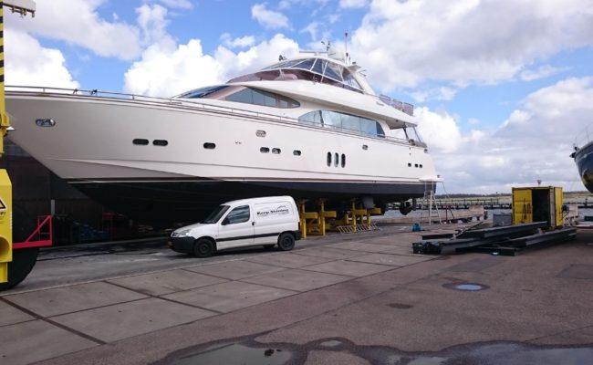 Yacht laten poetsen